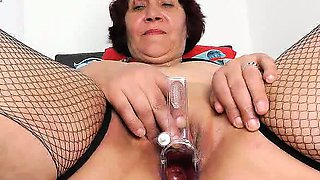 Fuckable cougar hottie showing off what is inside her pussy