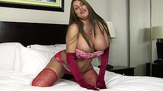 American milf Jocelyn dildos her tight ass