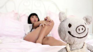 Japanes pornstar vibrates her wet pussy to a giant orgasm