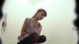 Asian ho pisses in toilet