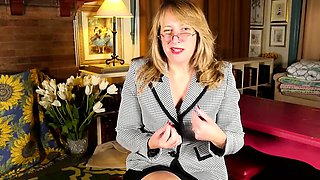 Horny American housewife fingering herself